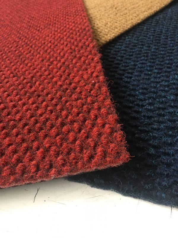 Zerbino sintetico in colori blu, beige naturale e rosso